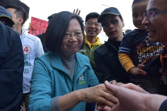 蔡英文總統(左)馬不停蹄掃街、造勢,仍熱情與支持者握手。(莊旻靜攝)