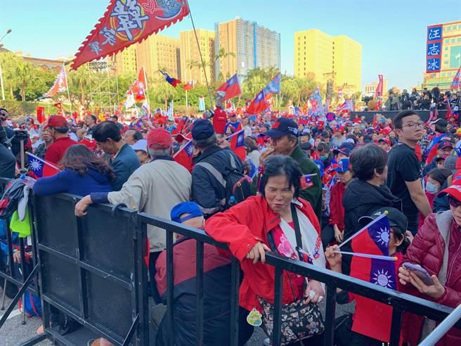 國民黨總統候選人韓國瑜今晚在凱道舉辦造勢晚會,活動前現場擠滿支持者,更有人手打石膏不畏被查水表也要到場挺韓國瑜。(林縉明攝)