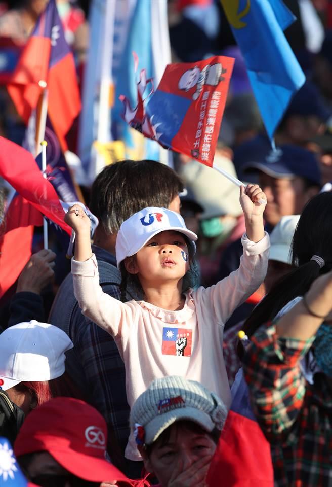 國民黨9日在總統府前的凱達格蘭大道舉辦「台灣安全,人民有錢」凱道勝利晚會,太陽未下山現場即擠滿了熱情的民眾,一同力挺韓國瑜。(鄭任南攝)