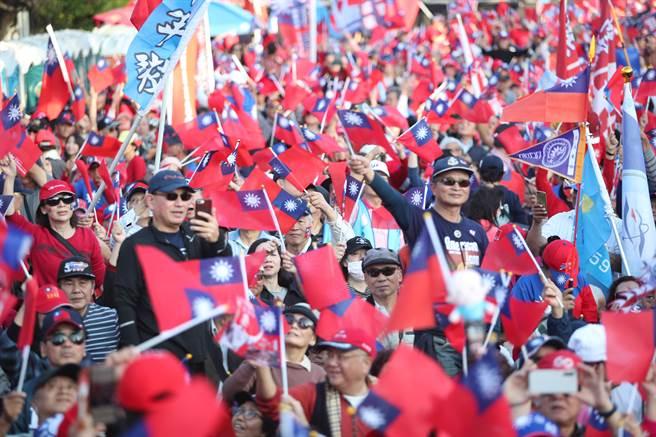 韓國瑜凱道勝利晚會尚未正式開始,現場已擠滿了熱情的民眾。(鄭任南攝)