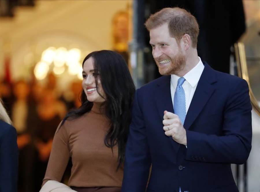 哈利王子伉儷欲卸下高級皇室成員身分。(圖/美聯社)
