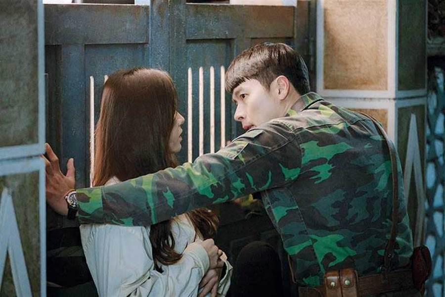玄彬和孫藝珍不畏緋聞,在韓劇《愛的迫降》中二度合作,八字專家毛衣老師觀看兩人八字發現兩人相當速配。(圖/Netflix提供)