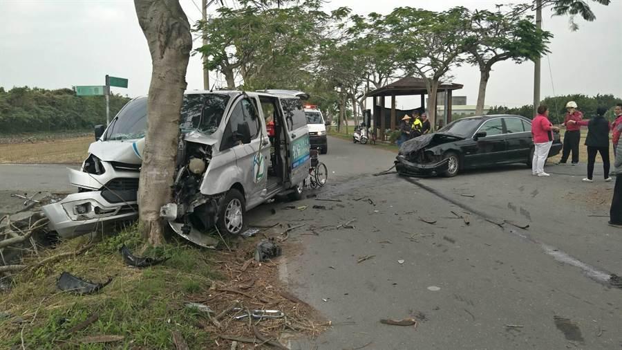 遭撞的復康巴士失控後,直接衝撞路旁路樹,車頭幾乎全毀。(民眾提供/吳建輝彰化傳真)