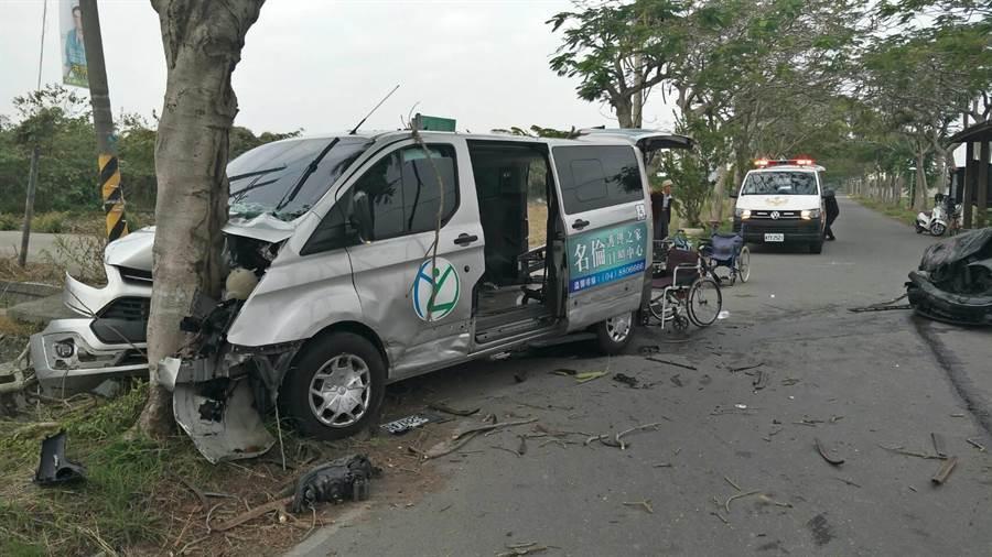復康巴士行經綠筍路遭一輛從新生巷衝出的自小客車撞上。(民眾提供/吳建輝彰化傳真)