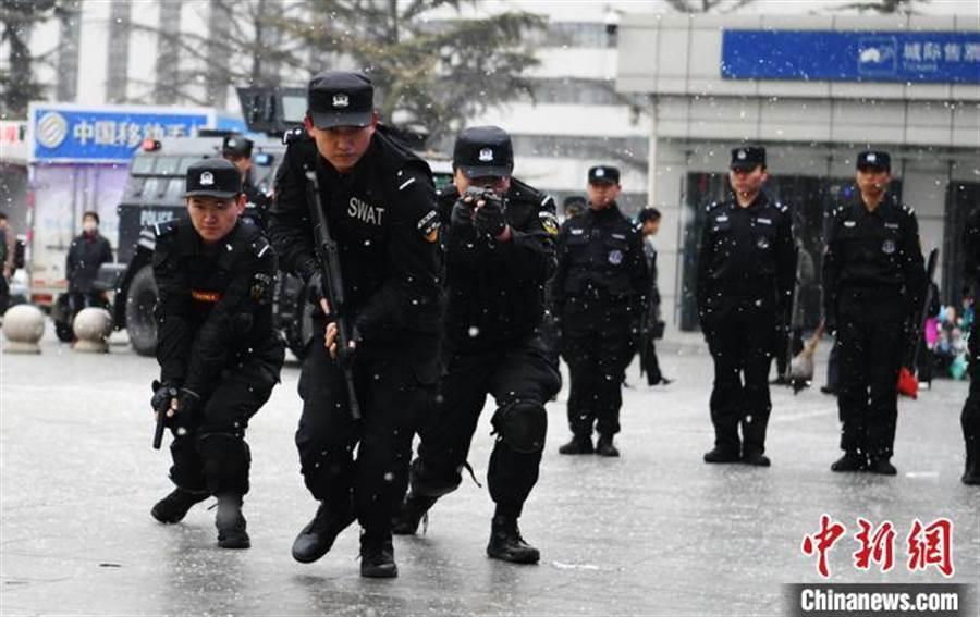 蘭州鐵警演練警務技能護航春運。(照片取自中新網)