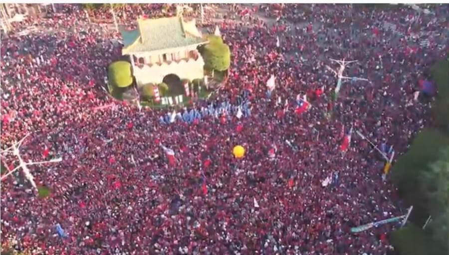國民黨總統候選人韓國瑜晚上凱道大造勢,下午4點多人潮已外溢到景福門附近。(翻攝韓國瑜YouTube官方頻道)