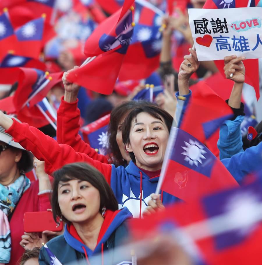 韓國瑜競選總部9日傍晚在凱道舉辦台灣安全人民有錢勝利晚會,數十萬名支持者到場揮舞者國旗表達支持。(季志翔攝)