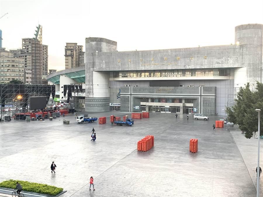 板橋第一運動場已在搭建舞台,為10日的國民黨選前之夜準備。(王揚傑攝)