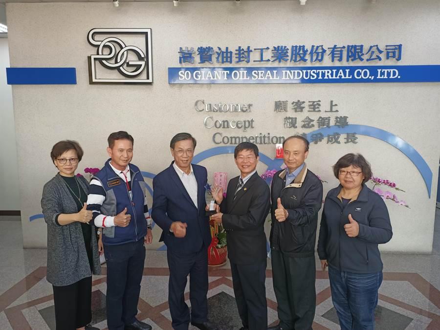 縣長林明溱(左3)9日前往感謝嵩贊董事長賴炯彰(左4)與營運團隊,並頒發恭賀獎牌。(張晉銘攝)