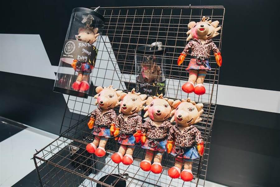 POP-UP STORE有更多家飾與周邊商品,可愛的娃娃其實是行動電源。(Daniel Wong提供)