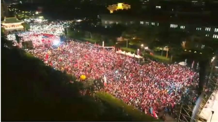 韓國瑜今晚在凱道大造勢,空拍畫面驚人,可見爆滿人潮。(翻攝韓國瑜YouTube官方頻道)