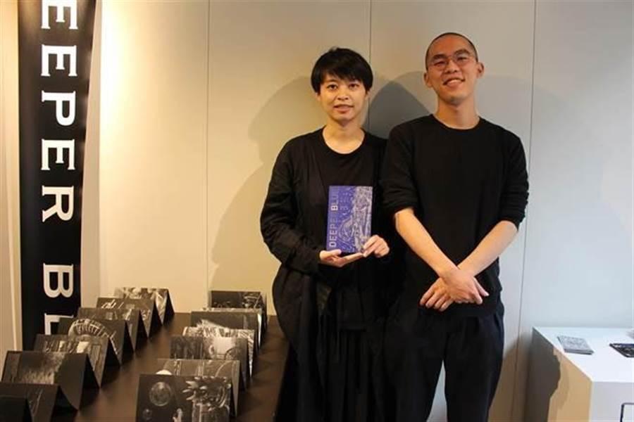 漫畫家葉馨文(左)與動畫導演楊朝皓(右)在漫畫《藍色潮間帶 Deeper Blue》中遙想只剩機械的未來。(王寶兒攝)