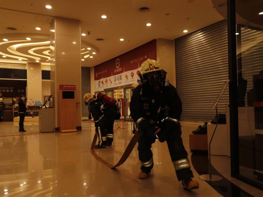 新北市政府消防局第七救災救護大隊於8日於中和區環球購物中心辦理春節前搶救演練。(第七救災救護大隊提供/葉書宏新北傳真)