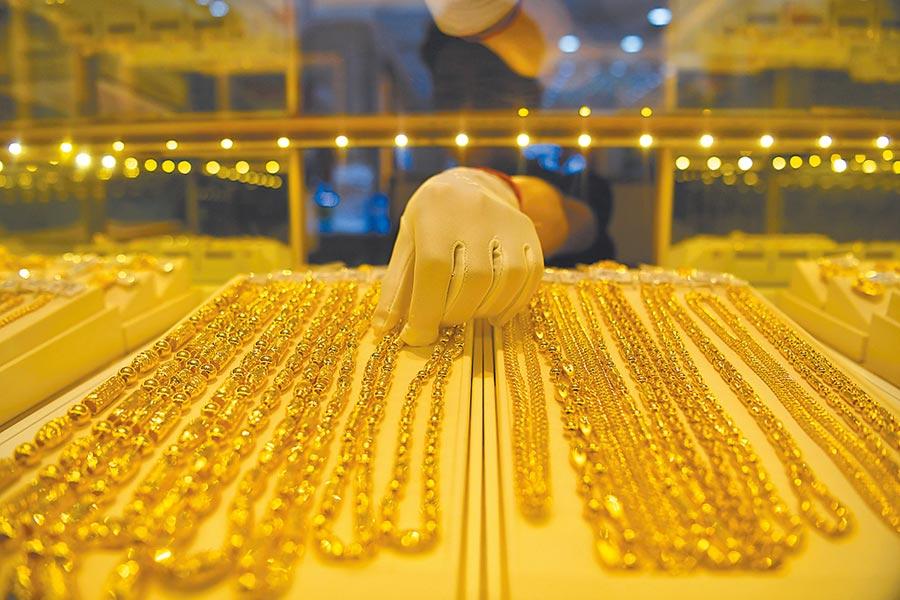 陸人投資黃金可選擇金飾或紙黃金等,圖為重慶金店內工作人員在整理金飾。 (中新社資料照片)
