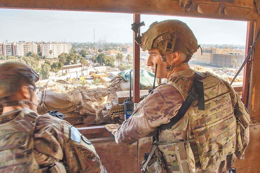 1月1日,美國士兵在美國駐巴格達大使館大院守望。(取自美國國防部官網)
