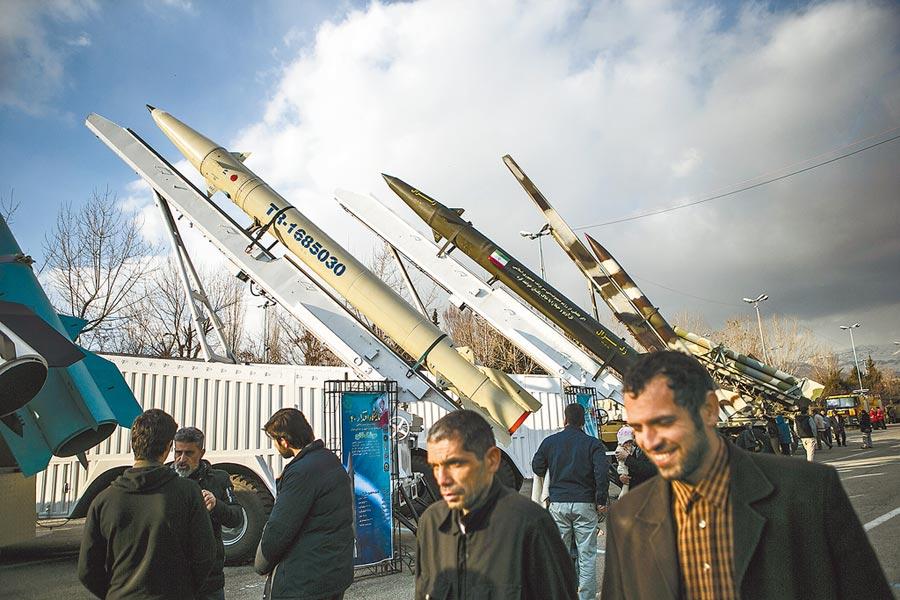 2019年2月4日,民眾在伊朗德黑蘭參觀軍事裝備展。(新華社)