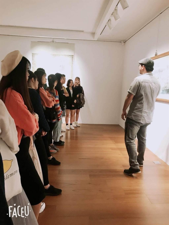 華夏科技大學帶領外籍學生透過藝術進一步了解台灣。(華夏科技大學提供/葉書宏新北傳真)