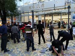 不滿技師撞死人 公司賠償沒誠意 家屬抬棺灑冥紙抗議