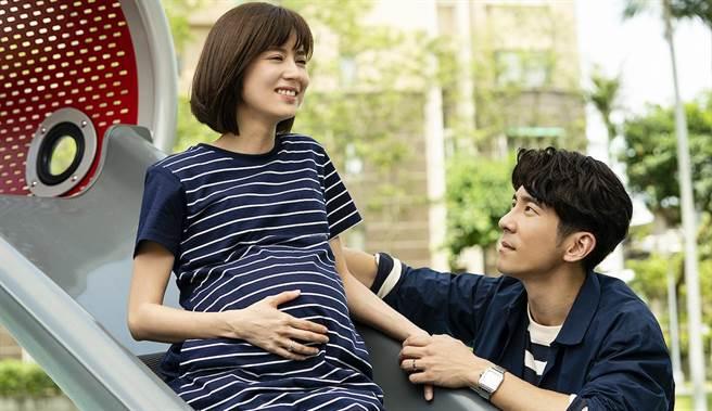 林予晞劇中得腦瘤,飾演老公的修杰楷細心照顧。TVBS提供