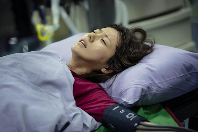 林予晞劇中緊急剖腹產。TVBS提供