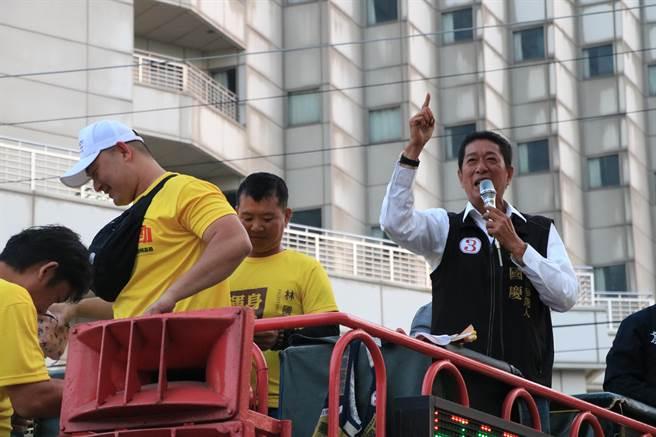林國慶10日上午在山區做最後衝刺,傍晚則回到中埔鄉徒步掃街力求勝選。(張亦惠攝)