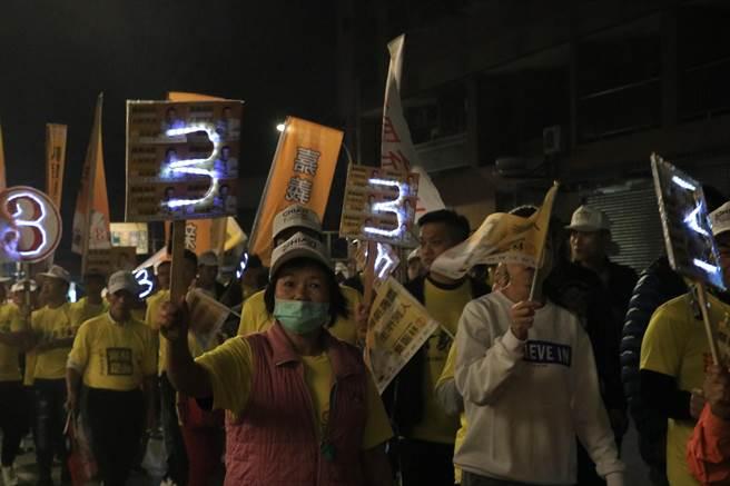 林國慶10日上午在山區做最後衝刺,傍晚則回到中埔鄉徒步掃街力求勝選,支持者也沿路徒步陪伴。(張亦惠攝)