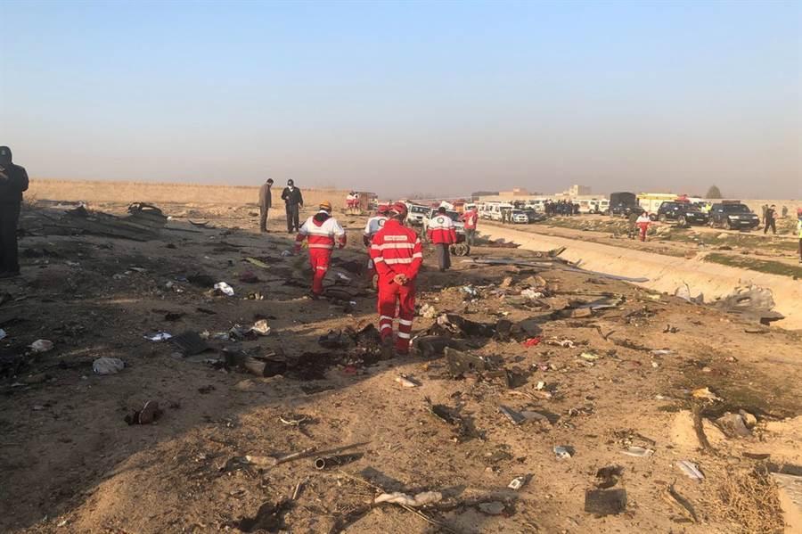 美加官員表示,根據先有情資顯示,烏克蘭波音班機墜毀是遭伊朗意外擊落。圖為事故現場。(美聯社)