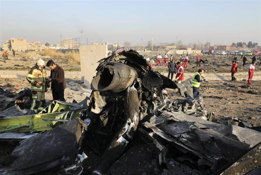 烏航班機8日在上空爆炸後,墜毀德黑蘭何梅尼機場(Khomeini Airport)附近,殘骸四處散落。(美聯社)