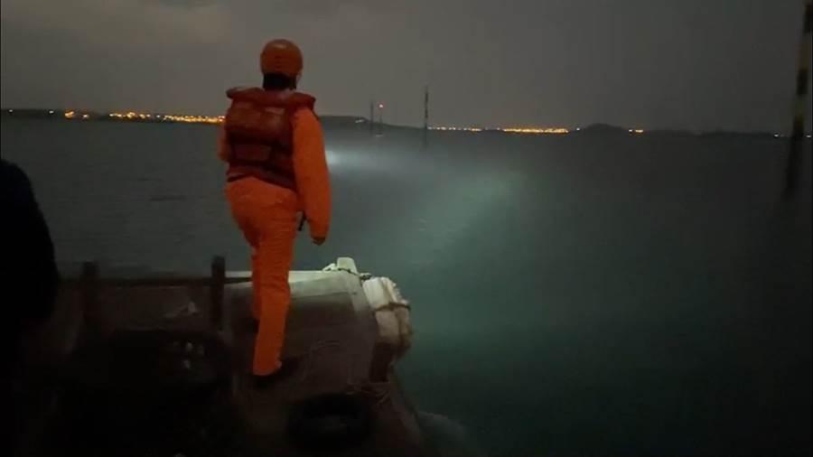 澎湖菜園漁港傳出溺水事件,2為民眾清晨撿拾貝類時,遭大浪捲走救起後無生命跡象。(戴志揚翻攝)