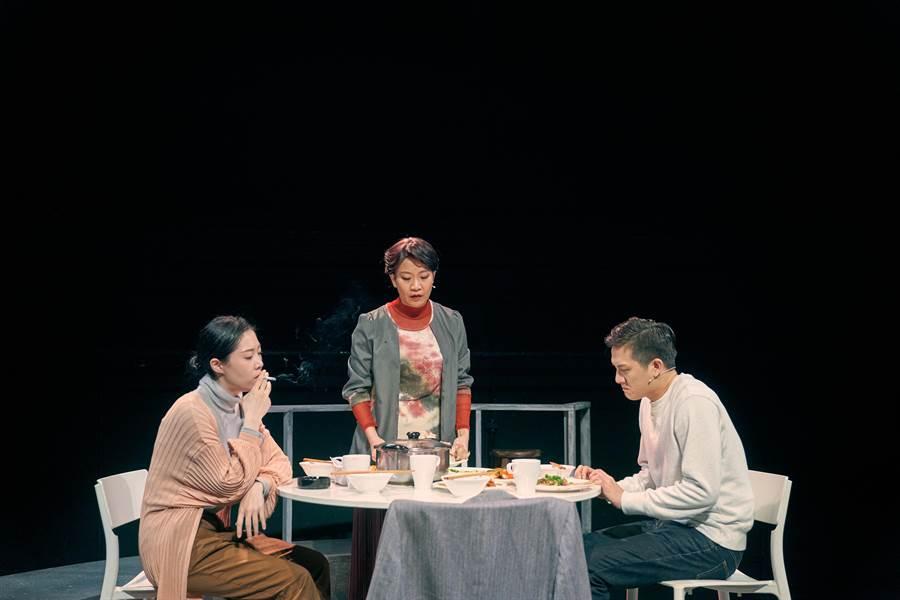 台南人劇團新作《年夜飯》,安排演員在舞台上圍爐開吃,一家團圓的年夜飯,比肩而坐,心卻不見得真的靠近。(陳又維攝,台南人劇團提供/李欣恬台北傳真)
