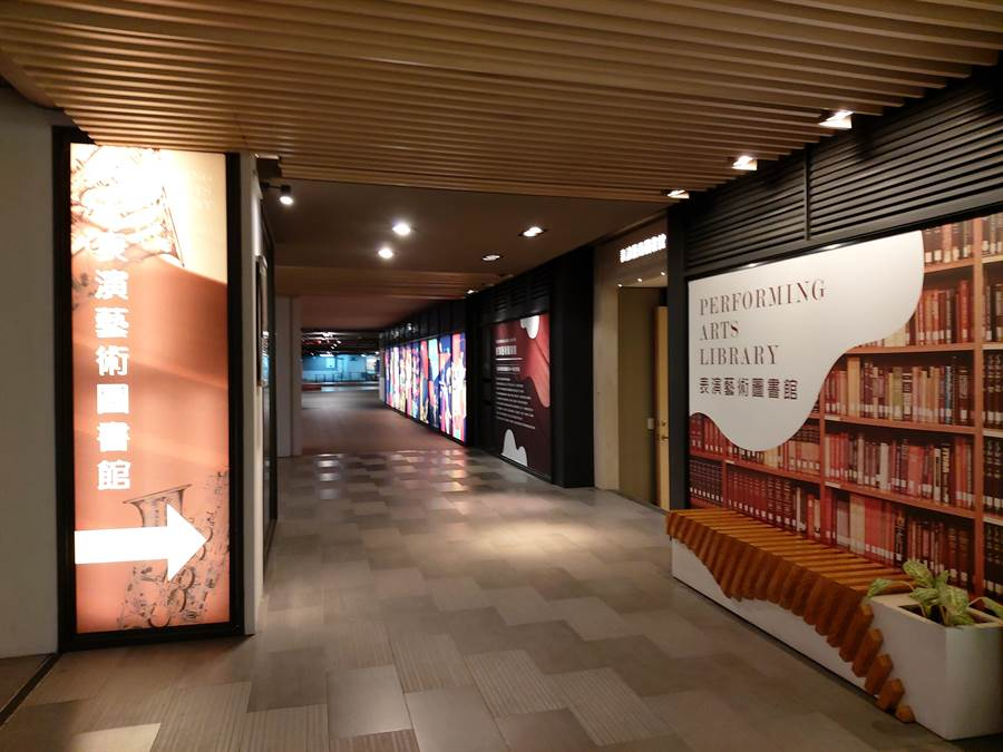 位於國家兩廳院戲劇院地下樓層的表演藝術圖書館,使用人士包括專業人士、學生、表演藝術愛好者等。(李欣恬攝)