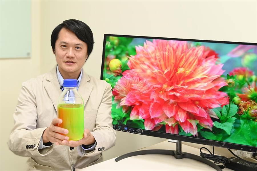 清華大學材料系教授陳學仕研發出配盾牌的量子點材料,其手中1瓶內有1兆兆個量子點。(清大提供/陳育賢新竹傳真)