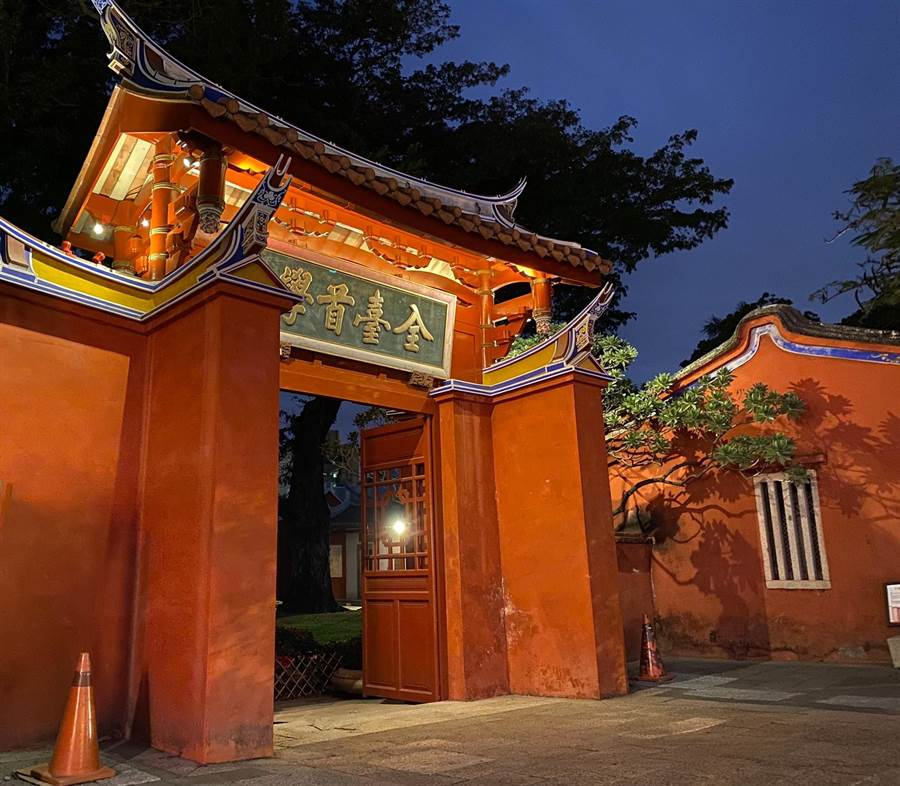 透過不同照明模式,為歷史城區夜晚帶來新風貌,圖為台南孔廟。(台南市文化局提供/曹婷婷台南傳真)
