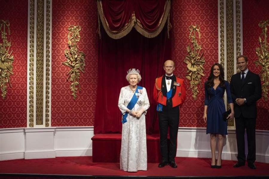 為了反映哈利王子與妻子梅根「閃退」王室資深成員此一事實,倫敦杜莎夫人蠟像館已將這對伉儷的蠟像搬離英國女王旁邊。(美聯社)