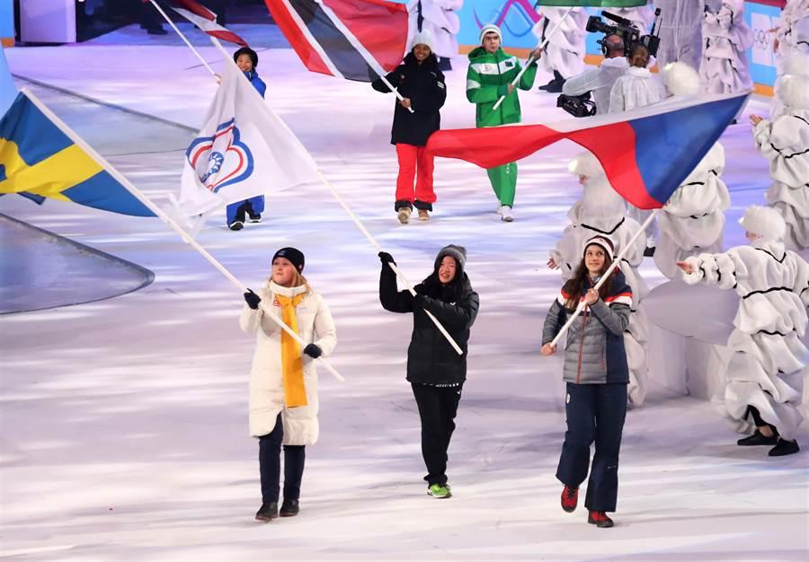 洛桑冬季青年奧運會開幕,中華隊由滑雪小將李玟儀擔任掌旗官進場。(中華奧會提供)