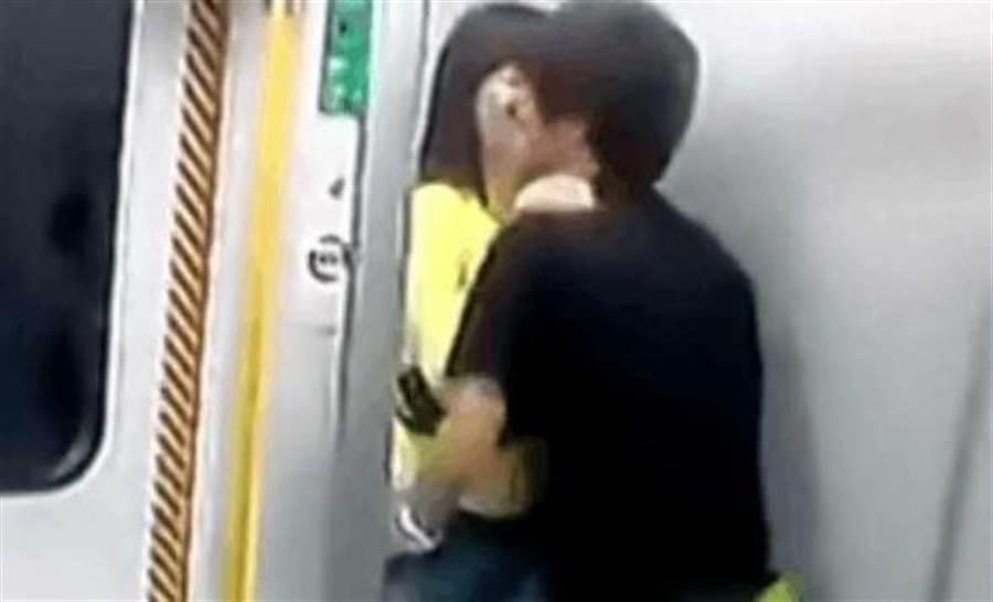 情侶不斷發出口水聲,讓乘客都相當害羞。(圖/翻攝自微博)