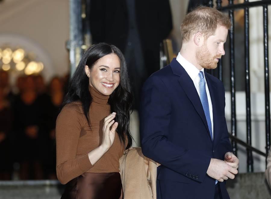 閃退王室資深成員後,英媒再爆料梅根已自行「逃回」加拿大,和8個月大個兒子亞契重逢,讓哈利王子獨自收拾與王室之間的殘局。圖為梅根與哈利。(美聯社)
