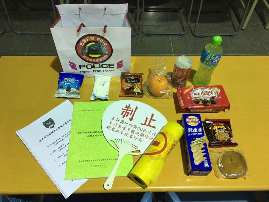 暖心能量補給袋 裝有水果、餅乾、飲料等物,內容豐富。(永康警分局提供/曹婷婷台南傳真)
