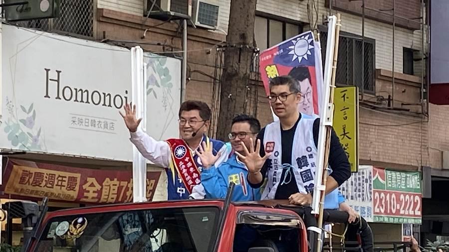 國民黨中央委員連勝文(右1)陪同台中市立委候選人李中(左1)車隊掃街拜票,他說,挺韓及挺藍選民像潛水艇浮出展現決心。(陳淑芬攝)