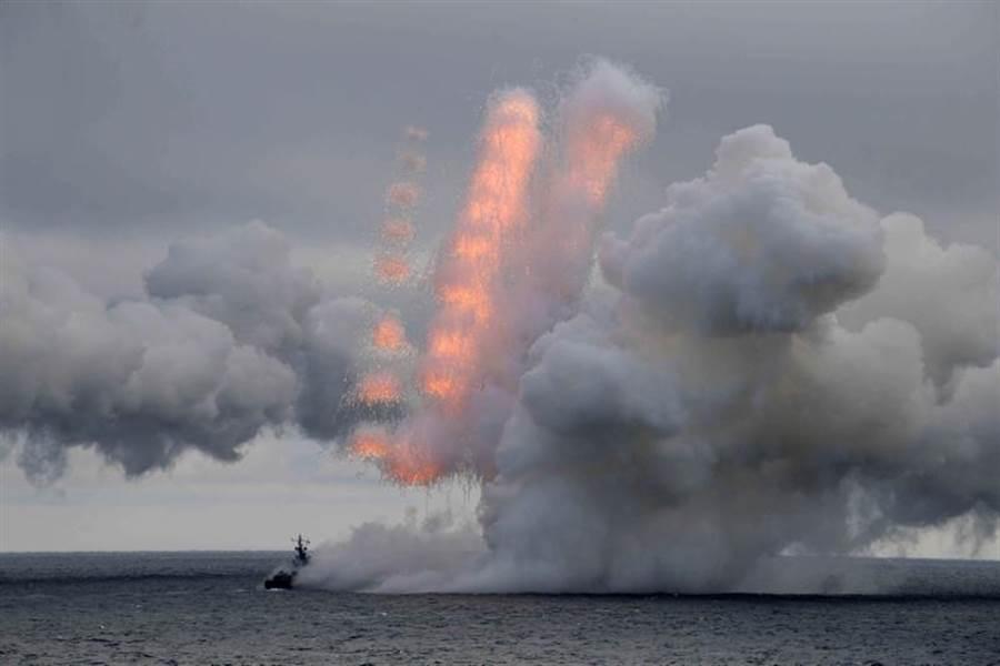 俄羅斯總統普丁9日在黑海親自督導海軍2大艦隊的聯合演習;在演習期間,軍方更發射了近日公布的匕首極音速(又稱超高音速)飛彈。(路透)