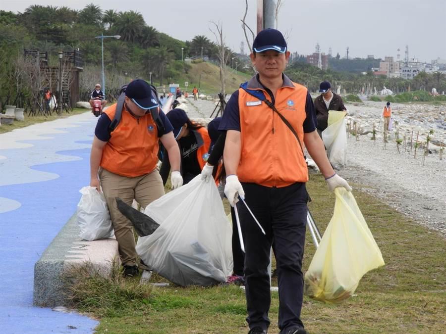 第九河川局長謝明昌結合防汛志工進行清淨灘。(九河局提供/王志偉花蓮傳真)