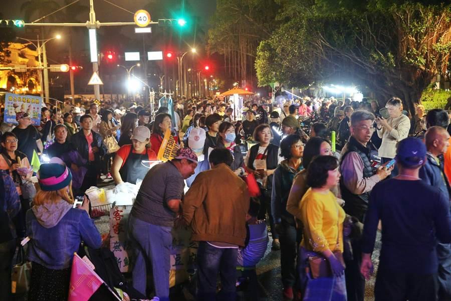 民進黨10日在凱道舉辦「民主勝利之夜」,大批人潮聚集在中山南路形成了小型夜市。(杜宜諳攝)