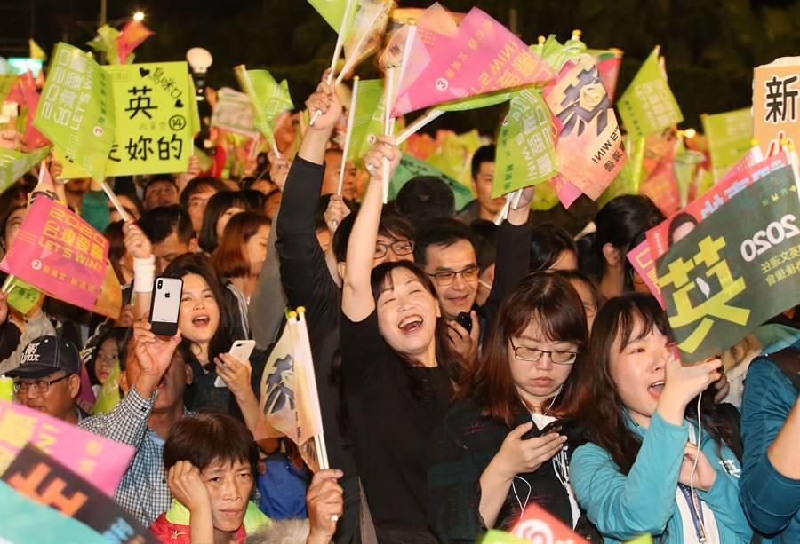 民進黨總統候選人蔡英文選前之夜最後將到凱道參加「民主勝利之夜」,入夜後支持者湧入會場。(王英豪攝)