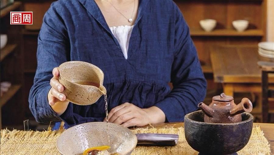 把鐵觀音老茶沖到廣式糯米飯之中,熱騰騰茶湯帶來既豐富又濃厚的滋味。(攝影:盧大中)