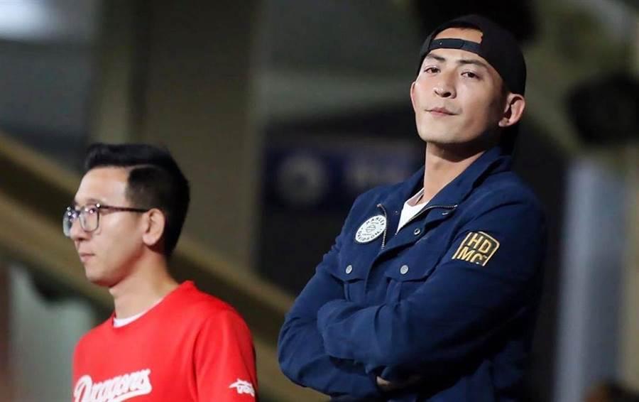 趙駿亞(右)今晚與警察發生衝突。取自臉書