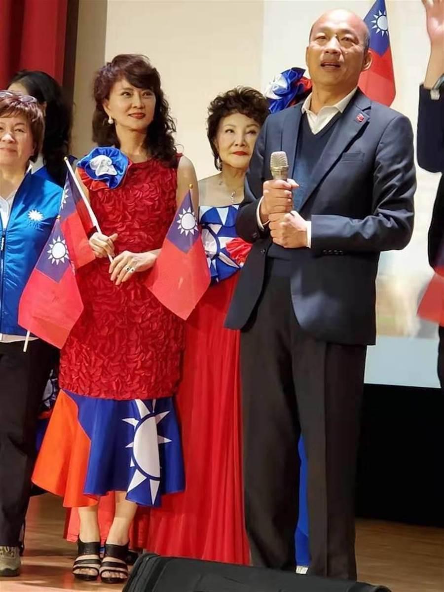 鄧美芳穿國旗裝出席歸國僑胞挺韓大會。(鄧美芳提供)