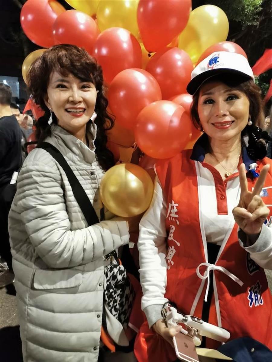 鄧美芳(左)與張俐敏昨晚在凱道的挺韓造勢活動。(鄧美芳提供)