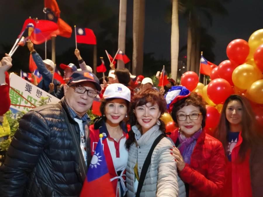 江彬(左起)、張俐敏、鄧美芳與楊燕昨晚在凱道的挺韓造勢活動。(鄧美芳提供)