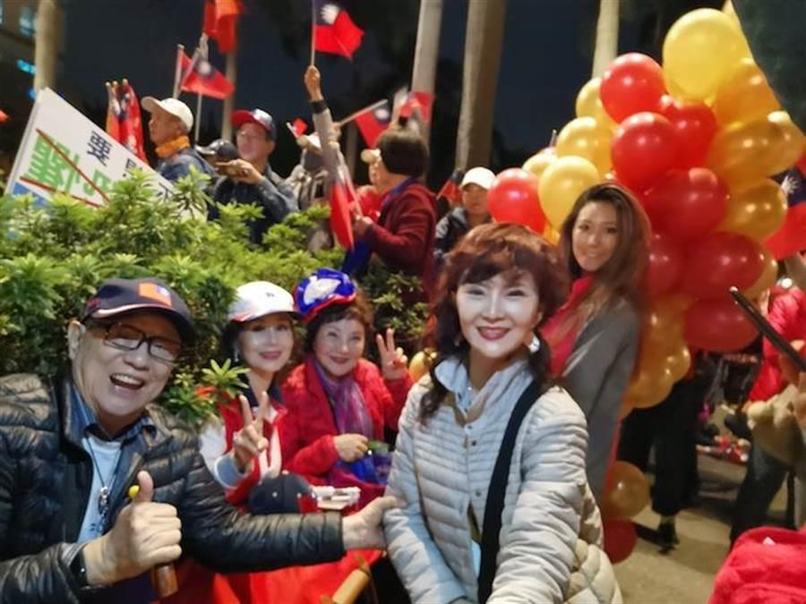 大夥以實際行動表示愛台灣之心。(鄧美芳提供)