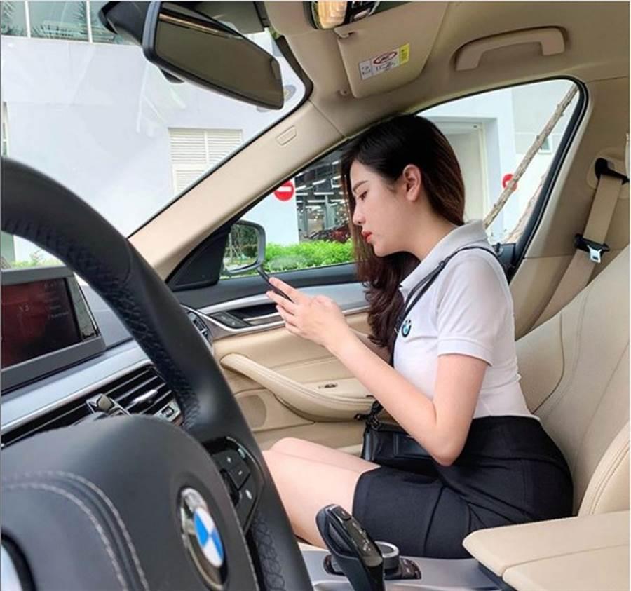 網友在《傑克論壇》分享越南一位美女汽車業務。(照片來源:Lý Huỳnh Thanh ThảoIG)